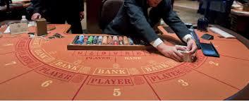croupier ramassant les gains tables baccara