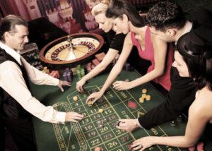 Des joueurs autour d'une table de roulette